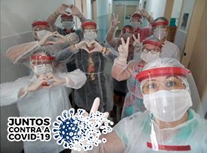 Selfie de equipe de saúde vestindo Equipamento de Proteção Individual (EPI)