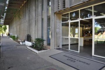 Entrada do prédio da Biblioteca Central da Ufes, no campus de Goiabeiras, em Vitória